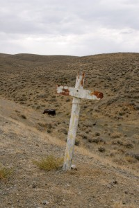 Cross and wrecked car at Quartz Mountain Ghost town.